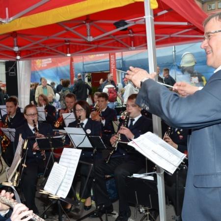 Taktvolle Begegnung beim NRW-Tag: Fraktionsvorsitzender Armin Laschet dirigiert die Kapelle der Freiwilligen Feuerwehr