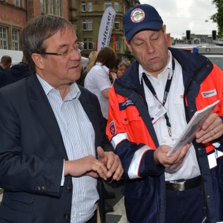 Jede Menge leisten die Hilfsorganisationen nicht nur im Katastrophenfall. Armin Laschet informiert sich hier über die Arbeit des Malteser Hilfsdienstes.